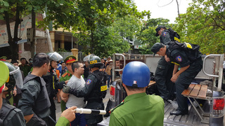 Thanh niên nghi ngáo đá chém ô tô loạn xạ trên phố