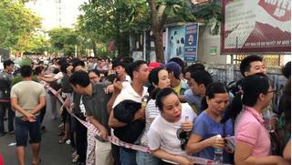 Huế: Hàng ngàn người rồng rắn xếp hàng từ 3h sáng vẫn không thể tiêm vắc xin cho con