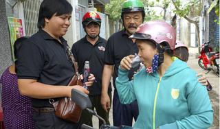 Thấy gì qua hình ảnh TGĐ Tân Hiệp Phát giản dị đi 'chào hàng' sản phẩm mới Number 1 Cola?