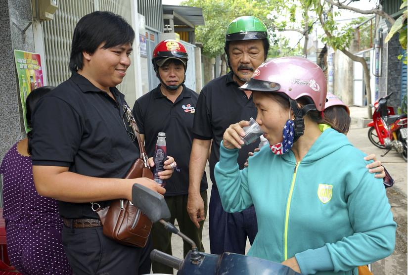 Bất ngờ với hình ảnh TGĐ Tân Hiệp Phát Trần Quí Thanh đi xe máy bán hàng Nước tăng lực Number 1 Cola