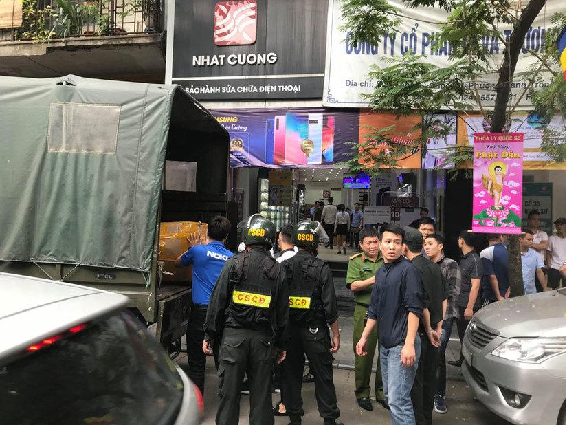 Công an khám xét cửa hàng điện thoại Nhật Cường mobile ở Hà Nội 6