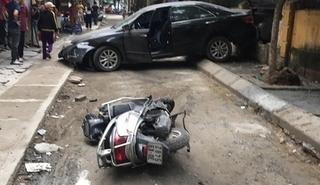 Lùi từ bãi gửi ra ngõ, nữ tài xế Camry cán người đi xe máy tử vong