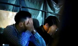 Nhiều người dùng tay che mặt, rời khỏi Nhật Cường lúc nửa đêm cùng công an
