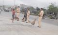 CLIP: CSGT Thị xã Nghĩa Lộ quét đường giúp dân tránh khỏi tai nạn