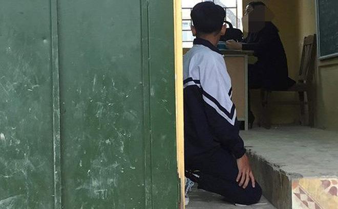 Hình ảnh học sinh bị cô giáo bắt quỳ trong lớp.