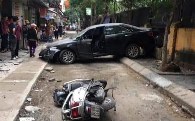 Hiện trường chiếc xe Camry đi lùi tông chết người đi xe máy.