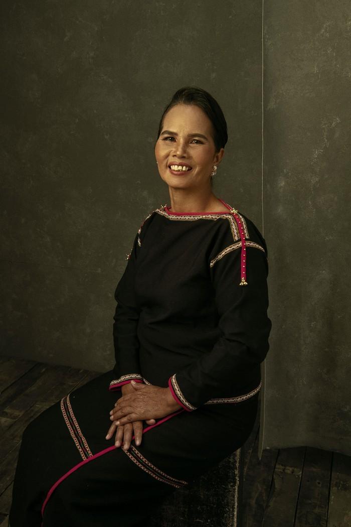 Hoa hậu H'Hen Niê cười rạng rỡ trở lại thời thơ ấu, đùa nghịch bên mẹ