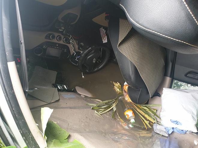 Chia sẻ bất ngờ của người cứu 2 vợ chồng từ chiếc taxi lật ngửa gây 'bão mạng'