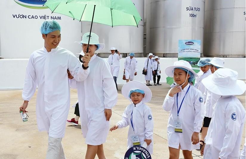 Siêu nhà máy đón những vị khách sữa học đường nhí 2