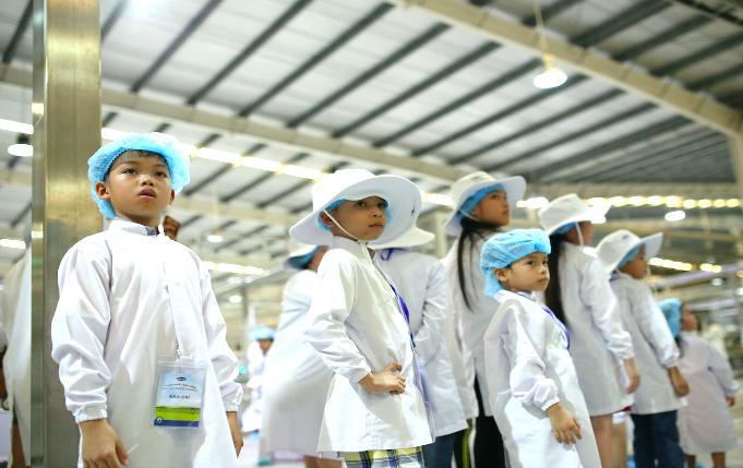 Siêu nhà máy đón những vị khách sữa học đường nhí 4