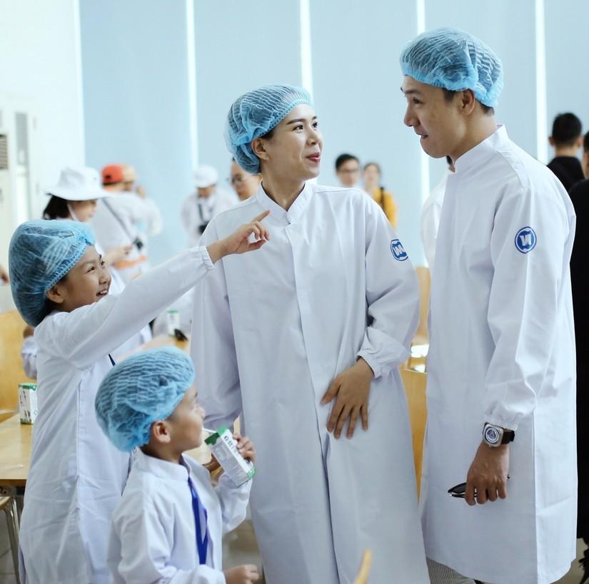 Siêu nhà máy đón những vị khách sữa học đường nhí 10