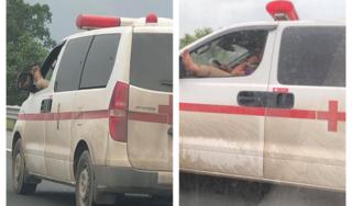 Clip: Tài xế xe cứu thương gác chân lên cửa sổ khi lái xe gây bức xúc