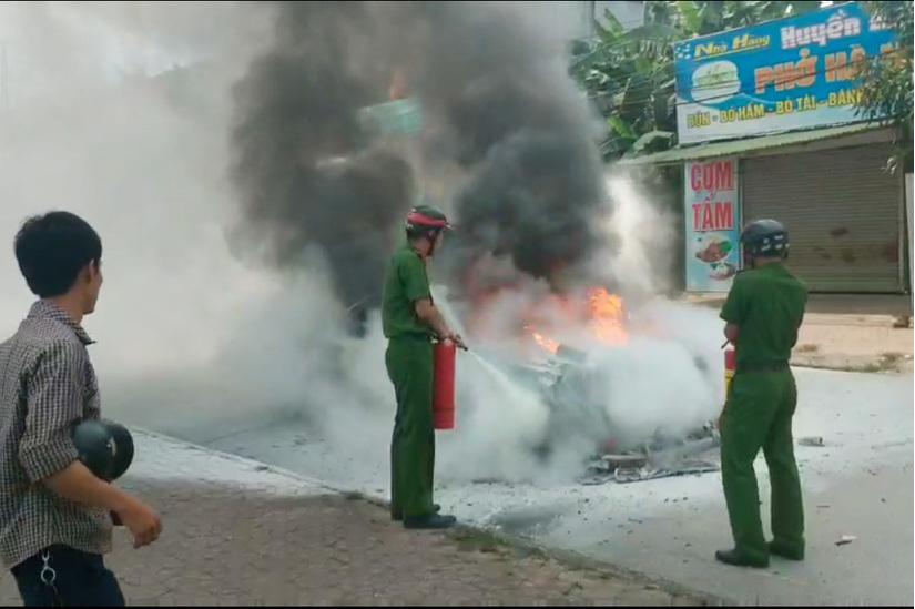 CLIP: Ô tô biển Hà Nội bốc cháy ngùn ngụt giữa đường ở Nghệ An