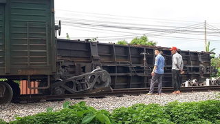 Đường sắt Bắc-Nam tê liệt vì tàu lật toa xe ở Nam Định