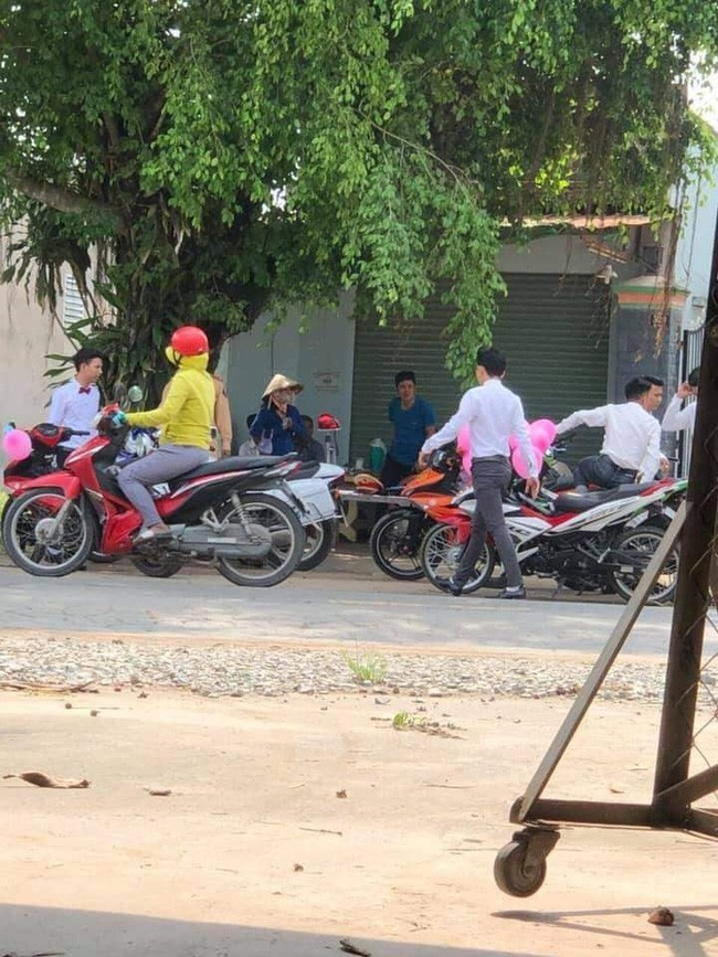 Chú rể nhọ nhất Việt Nam bị CSGT bắt giữa đường do không đội mũ bảo hiểm