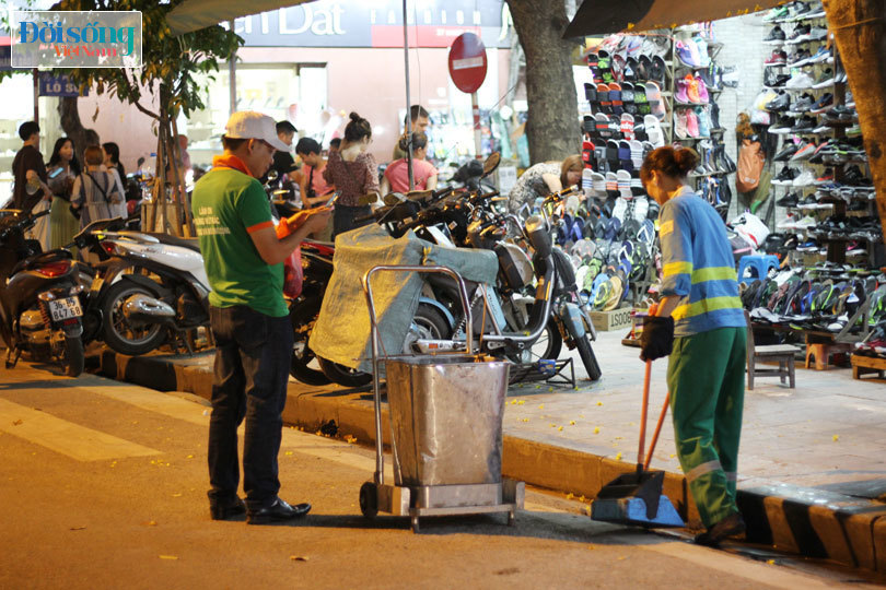 Một buổi làm việc của nhân viên ghi hình xả rác tại phố đi bộ