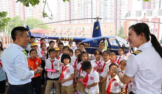 Ông bố đại gia nhận 'mưa gạch đá' vì đến trường con gái bằng trực thăng