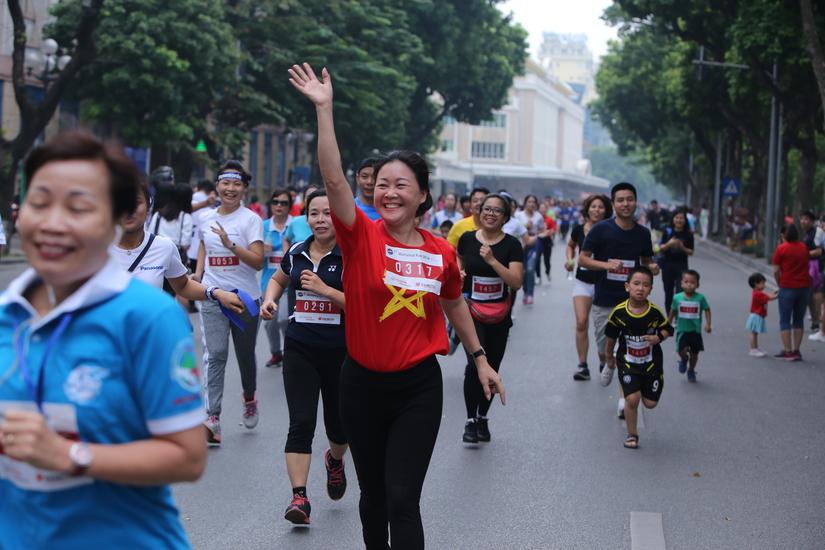 Nam giới thi chạy trên giày cao gót gây quỹ ủng hộ trẻ em bị ảnh hưởng tai nạn giao thông