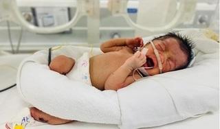 Phát hiện bé sơ sinh bị bỏ rơi ở triền đê trong tình trạng tím tái