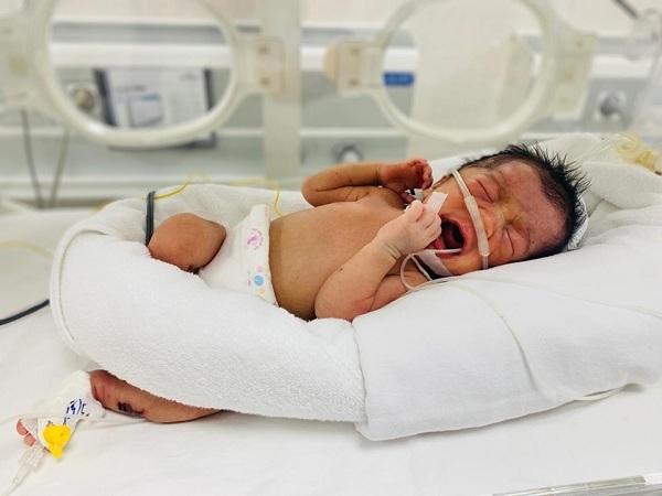 Bé sơ sinh bị bỏ rơi ở triền đê trong tình trạng tím tái toàn thân