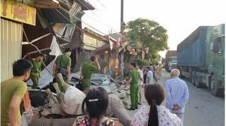 Nam Định: Tài xế container mất lái tông đổ sập 4 ngôi nhà trong đêm