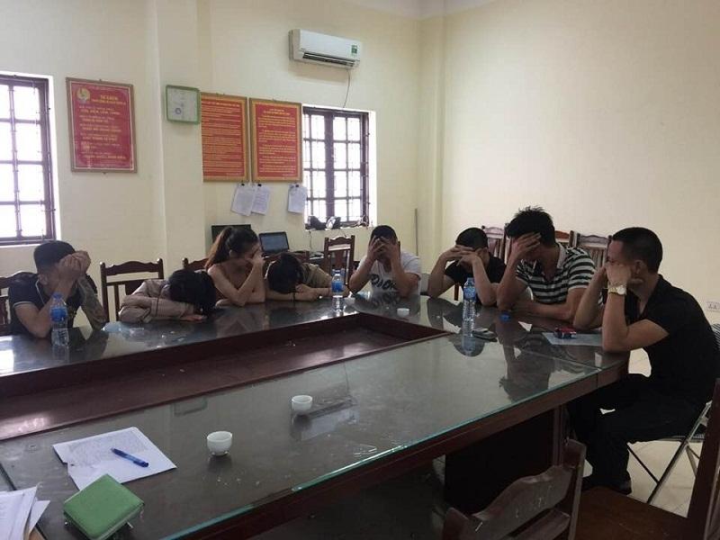 9 thanh niên sử dụng m a túy trong quán karaokebị đưa về trụ sở công an.