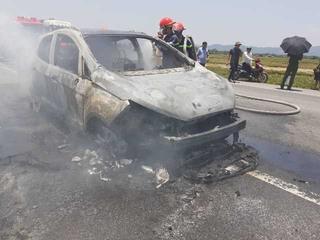 Xe Ford Ecosport cháy trơ khung trên đường nghi bị rơm cuốn vào gầm