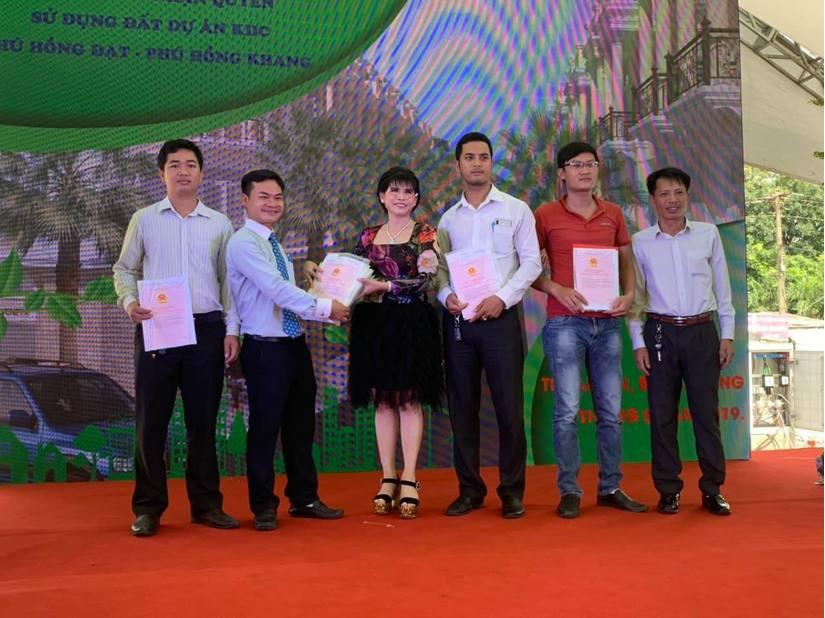 Bà Phạm Thị Hường – Chủ tịch HĐQT Cty Phú Hồng Thịnh trao giấy chứng nhận quyền sử dụng đất khu dân cư Phú Hồng Khang và Phú Hồng Đạt.