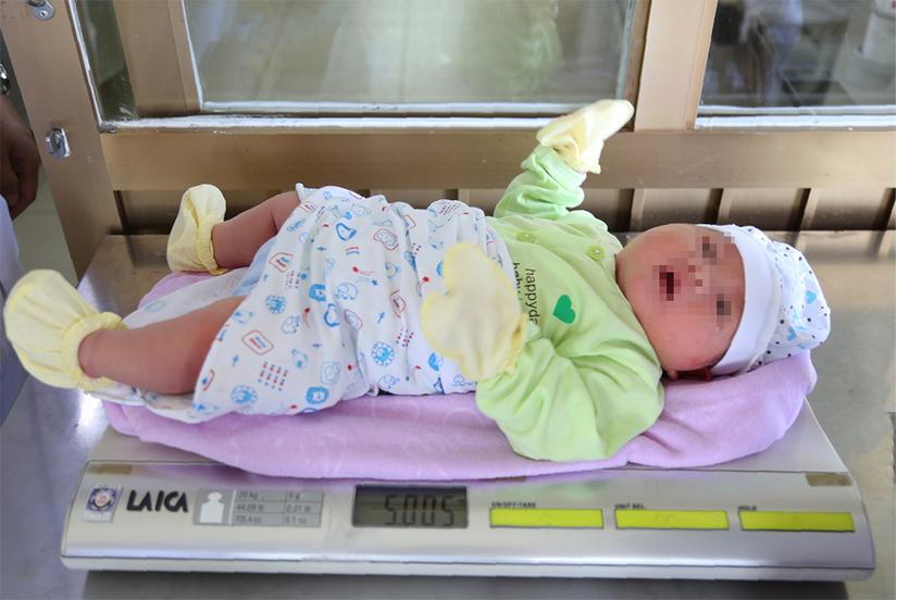 Quảng Ninh: Bé sơ sinh có cân nặng 'khủng' hiếm gặp