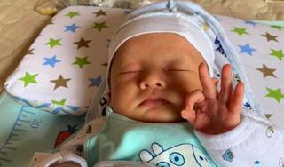 Cậu bé sơ sinh đốn tim cộng đồng mạng vì biểu cảm đáng yêu
