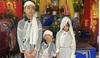 Nghẹn ngào hình ảnh 3 đứa trẻ đội khăn tang đứng thất thần bên di ảnh bố