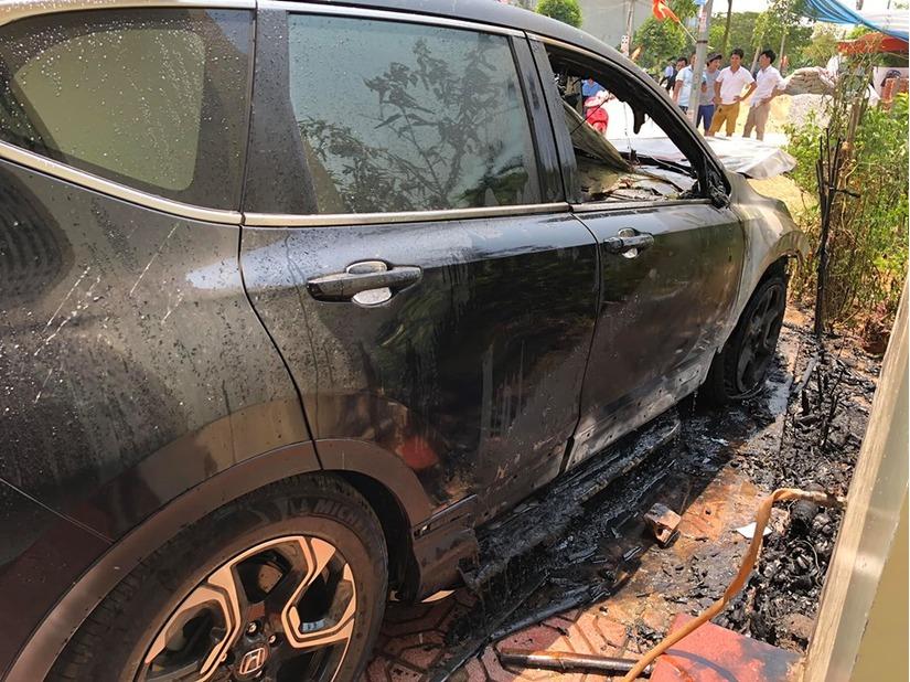 Nam Định: Ô tô tiền tỷ bỗng dưng phát nổ bốc cháy ngùn ngụt giữa trưa nắng