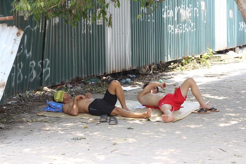 Giờ nghỉ trưa của người lao động dưới nắng nóng như đổ lửa giữa trưa hè5