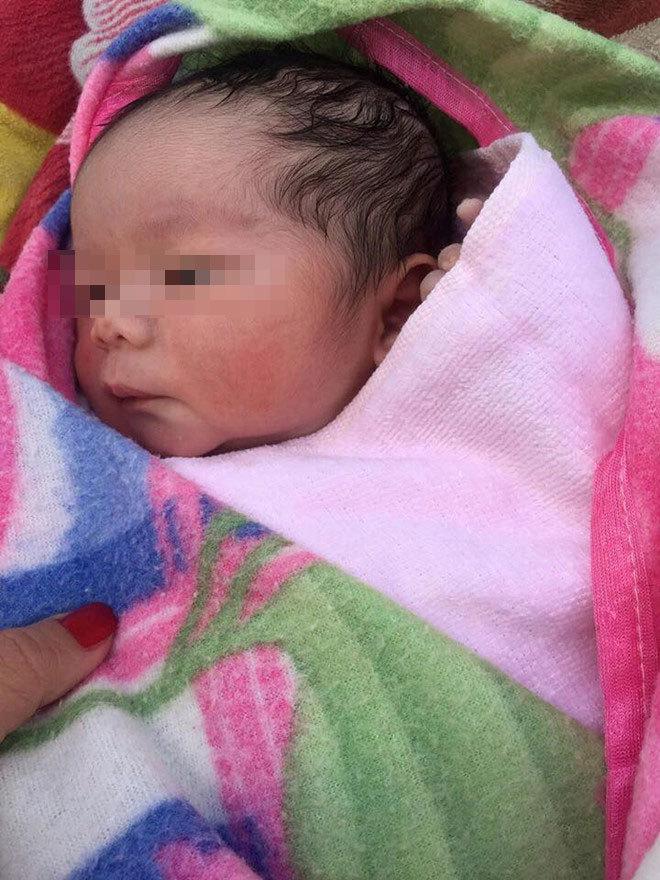 Phát hiện bé trai sơ sinh còn nguyên dây rốn bị bỏ rơi tại khu dân cư