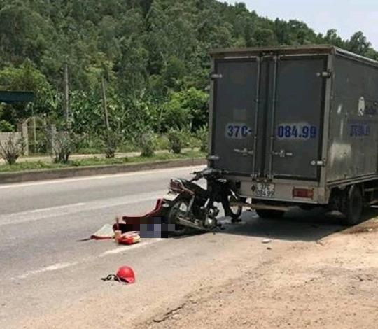 Nghệ An: Người đàn ông điều khiển xe máy tử vong sau khi đâm vào đuôi xe tải