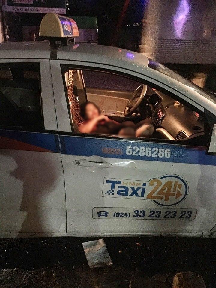 Nữ tài xế taxi nằm gục sau khi bị đâm.