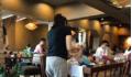 Thay tã cho con giữa quán cà phê đông người, mẹ bỉm bị chỉ trích dữ dội