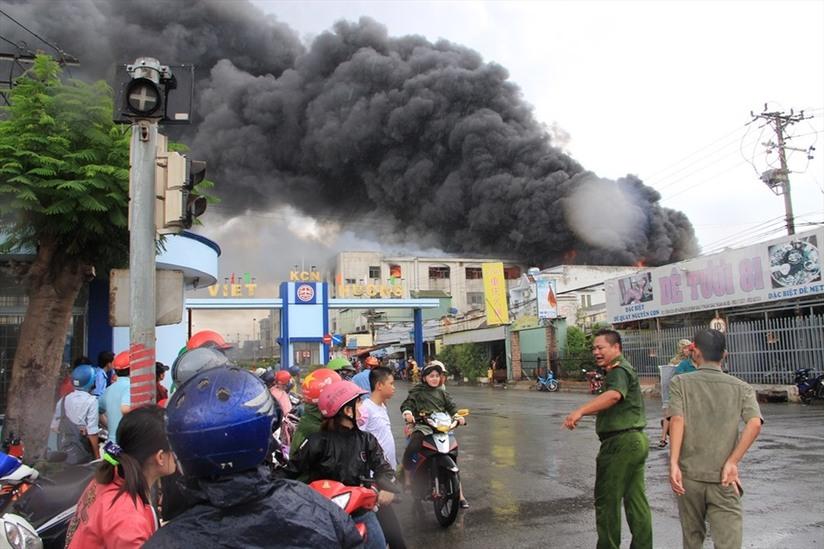 Bình Dương: Cháy nhà xưởng, khói lửa bốc cao hàng chục mét