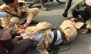 Bắc Giang: Một thiếu uý CSGT bị thanh niên đi xe máy tông nhập viện