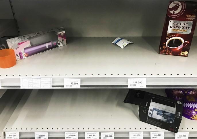 Hình ảnh người dân đổ xô 'tàn phá' siêu thị khiến nhân viên 'muốn khóc'