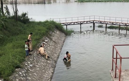 CSGT cứu sống bé gái 10 tuổi bị đuối nước.