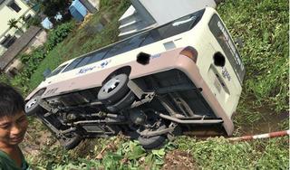 Hà Nam: Xe khách mất lái lao xuống nghĩa trang đè lên một ngôi mộ