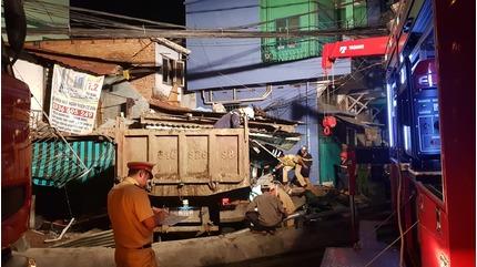 Dân tụ tập livestream, CSGT khó tiếp cận hiện trường xe ben đâm sập nhà dân