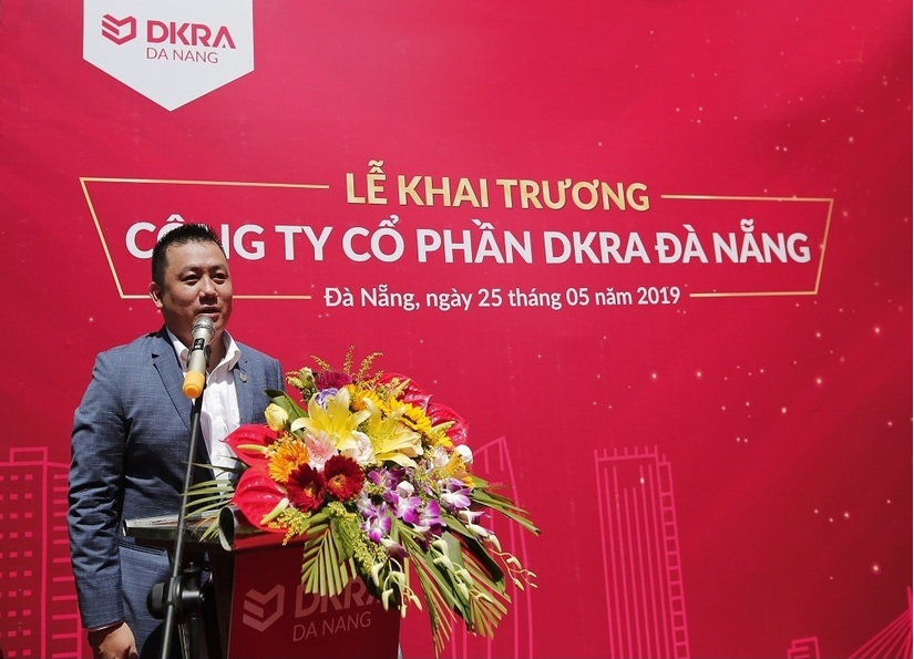 ông Phạm Lâm - CEO DKRA Vietnam chúc mừng thành viên thứ 4 của DKRA Vietnam
