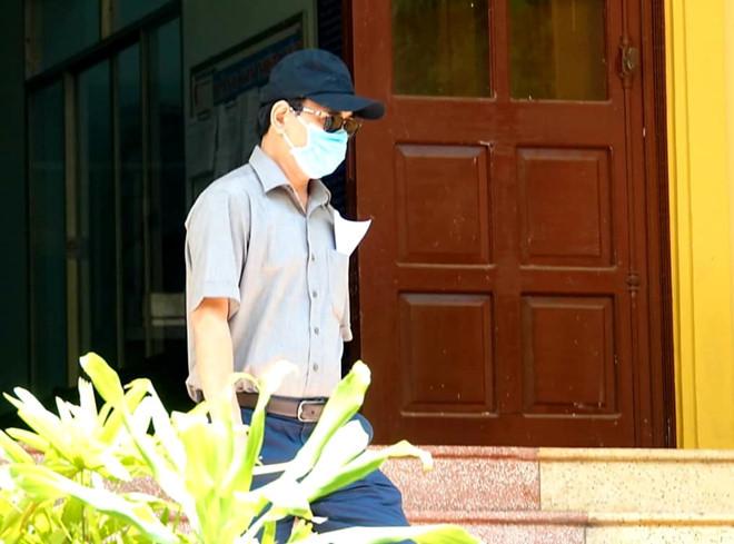 Nguyễn Hữu Linh đeo khẩu trang kín mít, đến tòa nhận quyết định vụ 'nựng' bé gái
