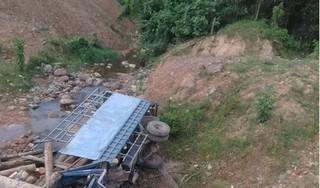 Ô tô tải chở gỗ lao xuống suối, 2 người trên xe tử vong
