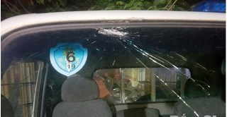Bị dừng xe kiểm tra, nhóm đối tượng ném vỡ kính ô tô tuần tra của CSGT