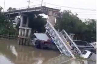 Hiện trường cầu BOT đổ sập, xe tải rơi xuống sông chìm nghỉm