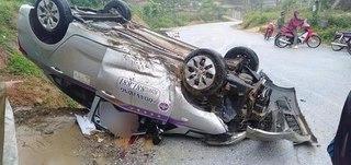 Phú Thọ: Xe taxi lật ngửa bên vệ đường, tài xế tử vong trong cabin