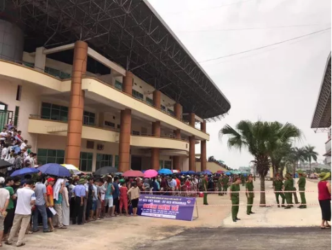 Người dân Phú Thọ xếp hàng trật tự mua vé xem U23 Việt Nam